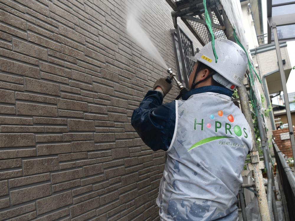 [高圧洗浄] 洗浄機を使用し、外壁・屋根についている汚れを洗い流します。汚れている状態の上から塗装すると、数年後に塗膜が浮いてきてしまったり剥がれてしまったりと不具合が起きます。 写真