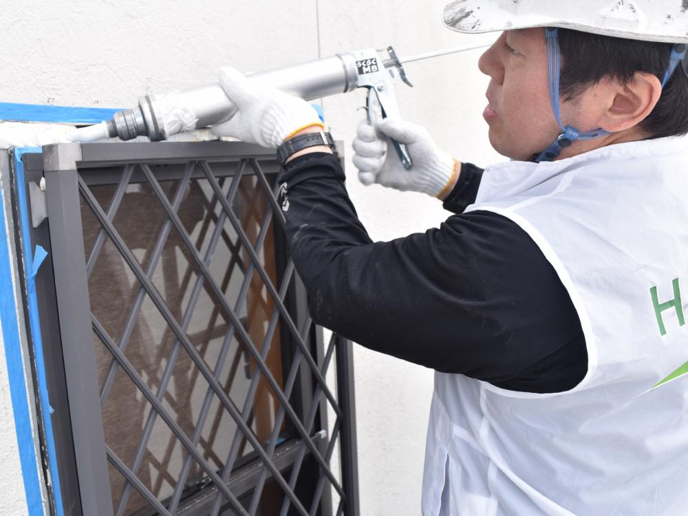 [シーリング工事] サイディングの住宅には、シーリングと呼ばれる防水材が必ず使用されております。サイディング住宅の雨漏りは、シーリングの劣化による原因が多いです。外壁塗装のタイミングで一緒に交換する事を推奨いたします。 写真