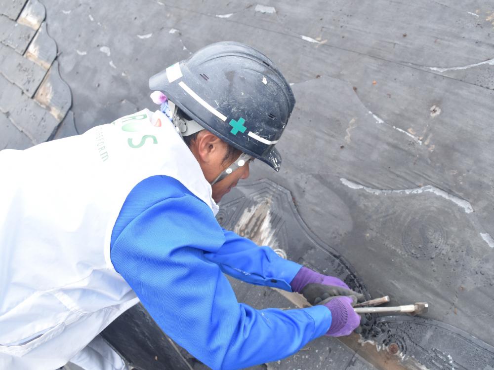[屋根解体] コロニアル屋根には、塗装ができないとされている商品(パミール)がございます。自宅の屋根が該当する場合は、葺替えるかカバー工法で修繕を推奨いたします。 写真は、既存屋根の解体作業です。 写真