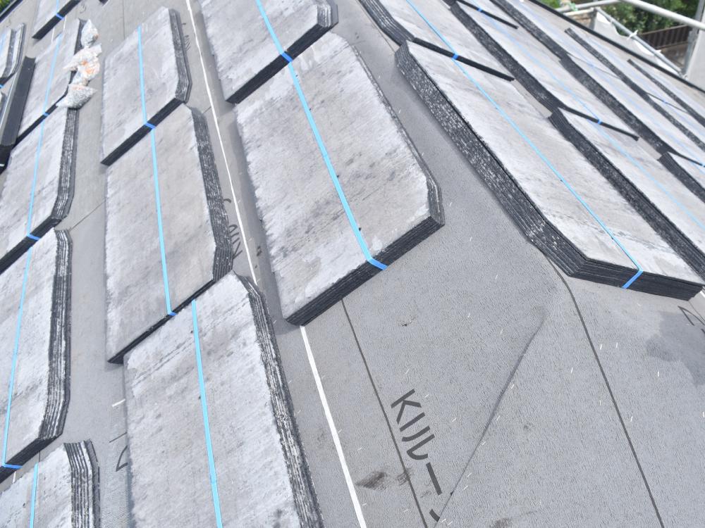 [屋根葺替え] 解体作業が完了したら、防水シートを全面に貼り付けます。その後新しい屋根材(コロニアルクアッド)を取付ていきます。コロニアル屋根の住宅リフォーム工事には、専門的な知識が必要です。業者には注意しましょう。 写真