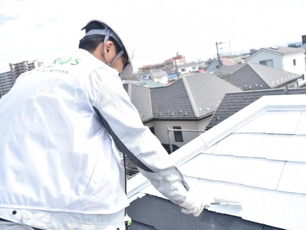 [屋根下塗り] コロニアル屋根の下塗り作業です。下塗り作業は、屋根材と塗料の密着性を高める大切な工程です。下塗り作業は、完了後全く見えなくなってしまうため、施工の証明する写真撮影が必ず必要となります。 写真
