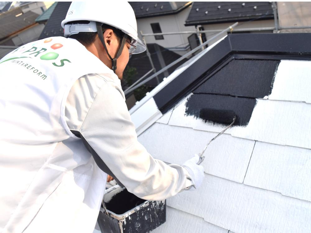 [屋根中塗り] コロニアル屋根の中塗り作業です。コロニアル屋根の塗装には「縁切り」という工程が必要になります。雨水や湿気を逃がす為の処理の事です。当社では、タスペーサーといわれる部材を設置し、塗装作業を行います。 写真