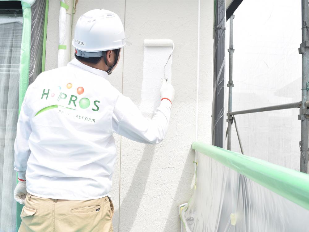 [外壁下塗り] サイディング外壁の下塗り作業です。下塗り作業は、壁材と塗料の密着性を高める大切な工程です。下塗り作業は、完了後全く見えなくなってしまうため、施工の証明する写真撮影が必ず必要となります。 写真