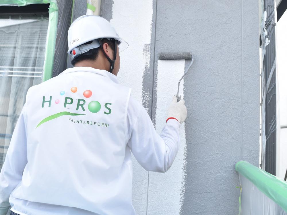 [外壁中塗り] サイディング外壁の中塗り作業です。中塗り作業は、塗料の性能を最大限生かすために必要不可欠な工程です。中塗り作業を怠ると、数年後に色あせが目立つことがあります。業者には注意しましょう。 写真