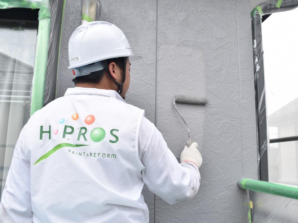 [外壁上塗り] サイディング外壁の上塗り作業です。仕上げとなります。塗装は基本的に3度塗りが塗料のメーカーから定められております。サイディングの劣化が激しい場合、当社では4回塗りを推奨しております。 写真
